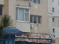 """Cățel """"plimbat"""" în lesă de la etajul 3, de pe balcon"""