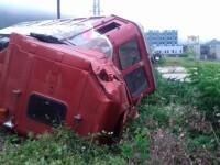 Grav accident feroviar în Vâlcea, după ce șoferul unui TIR a adormit la volan