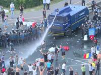 Momentul în care jandarmii folosesc tunul cu apă împotriva protestatarilor din Piața Victoriei. VIDEO