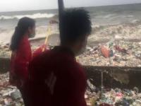 Plajă invadată de cantități uriașe de deșeuri aduse din larg de furtună
