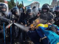 """Gazele folosite de jandarmi la proteste, o adevărată armă chimică. """"Este interzis în război"""""""