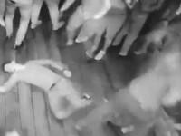 Bătaie generală într-un club de noapte. Un bărbat a pus la pământ 7 indivizi. VIDEO