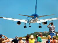 Copil luat pe sus de un avion, pe o plajă din Grecia. A zburat 10 metri prin aer