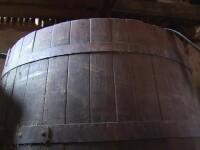 Doi oameni au murit intoxicați într-un butoi cu prune fermentate