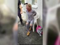 Evacuare cu scandal în Brașov. O femeie a fost încătușată, iar câinii săi tranchilizați