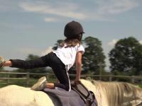 Sportul care îmbină eleganța cu adrenalina. Cât îi costă pe părinți lecțiile de echitație