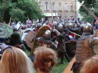 """Lupte din trecut, reconstituite pe străzile din Timișoara. """"Am văzut cum au căzut pe jos"""""""