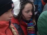 Fetiță în lacrimi la
