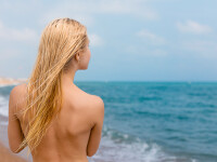 Nudiștii, victime preferate ale hoților. Zeci de turiști au rămas fără hainele de pe plajă