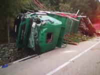 Un TIR cu lemne s-a răsturnat pe Transalpina. De ce erau în cabină 4 persoane