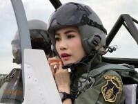 Concubina regelui Thailandei, surprinsa pilotand un avion si tragand cu arma. Imagini rare