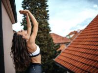 Momentul șocant când o femeie cade de la balcon, în timp ce încerca să facă yoga