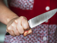 O femeie a înjunghiat în față un copil de 3 ani, în mijlocul străzii. VIDEO