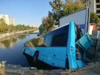 Un autobuz STB a căzut în râul Dâmbovița în urma unui accident rutier. Cine era în autovehicul