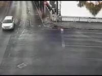 Momentul în care un șofer a lovit autobuzul căzut în Dâmbovița. VIDEO
