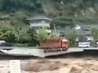 Scene terifiante. O șosea circulată, înghițită de ape în China. VIDEO