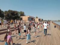 Insula de agrement din Bacău a fost scenă pentru elevii unei școli de dans. 100 de copii au participat