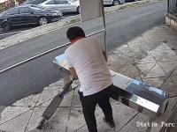 Doi tineri s-au chinuit să fure o trotinetă a Primăriei Timișoara, dintr-un rastel. VIDEO