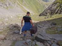 """VIDEO. Un """"domn cu troler"""", ca la aeroport, a plecat la drum pe munte, spre Vârful Moldoveanu"""