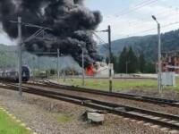 Flăcări uriașe în Bușteni, în apropiere de gară. Un incendiu violent a cuprins mai multe clădiri