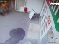 VIDEO. Momentul în care un bărbat aflat pe bicicletă lovește un copil, filmat de camere video în Iași