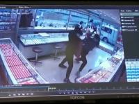 Momentul în care 2 hoți sparg vitrina unui magazin de bijuterii. Reacția vânzătoarei
