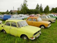 Un rus a colecționat în curtea casei peste 300 de mașini produse în URSS