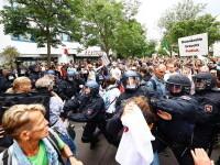 """Confruntări cu poliția la Berlin, la manifestațiile împotriva restricțiilor. Protestatarii au """"hărţuit şi atacat\"""