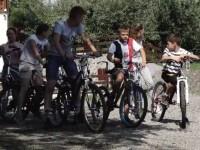 Copiii au primit în dar biciclete într-un sat din Mureș. Preotul este responsabil de fapta bună