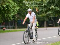 Președintele Iohannis, din nou pe bicicletă. A venit pe două roți, joi dimineață la Palatul Cotroceni