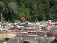 Viiturile și nepăsarea față de mediu. Oamenii înoată printre deșeuri ca să ajungă la bărci