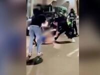 Atac brutal în stradă. O femeie a fost scoasă din mașină și bătută de mai mulți motocicliști nervoși. VIDEO