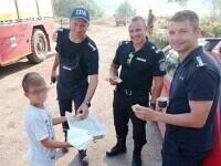 Moment emoționant. Un copil grec le-a dus porumb și plăcinte pompierilor români pentru că i-au protejat satul. GALERIE FOTO