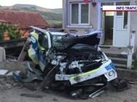 O mașină de poliție și o dubă a jandarmeriei, lovite grav de un camion al cărui șofer a adormit la volan
