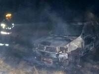 O mașină a ars complet, după ce șoferul a turat motorul pe un câmp, iar vegetația a luat foc