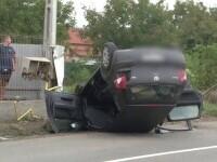 Un șofer beat care mergea cu viteză a lovit două TIR-uri și s-a răsturnat peste o țeavă de gaz