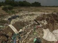 Dezastru ecologic în apropiere de Snagov. O groapă de gunoi plină cu deșeuri din plastic, cunoscută de două primării