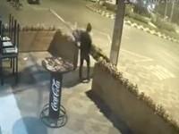 Cel mai relaxat hoț. Un trecător a luat umbrela de pe terasa unei pizzerii din Bacău și a plecat liniștit cu ea VIDEO
