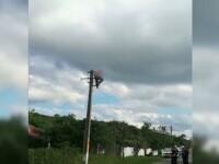Un bărbat din Vaslui a fost internat la psihiatrie, după ce s-a urcat pe un stâlp și a amenințat că se sinucide