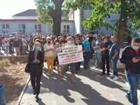 Protest la școala gimnazială din Filiași. Zeci de profesori și părinți cer să nu fie schimbat directorul unității