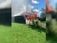 Supărat pe un nepot, un bărbat și-a dat foc casei și era să moară. Nepotul a intrat în foc să-l salveze