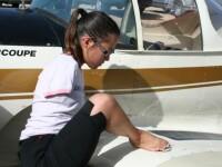 O adolescenta din Arizona piloteaza avionul, cu...picioarele!
