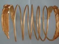 Doua bratari din aur, din tezaurul dacic, recuperate de statul roman