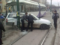 Inconstienta la volan! A vrut sa depaseasca un tramvai prin loc nepermis