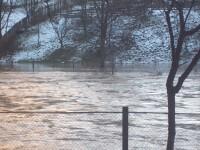 20 de masini sunt blocate in Lunca Ariesului. Un pod, afectat de viitura