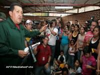 Surpriza. Hugo Chavez se muta intr-un cort, ca sinistratii de la inundatii