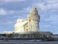Opera de arta a naturii! Un far s-a transformat intr-un castel de gheata