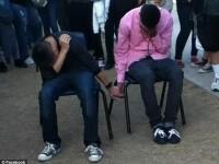 Doi elevi din SUA, obligati sa se tina de mana timp de o ora, ca pedeapsa pentru ca s-au batut.VIDEO