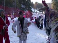 Colindatorii alungati de criza din orase ii urmeaza pe oamenii cu dare de mana la munte