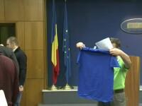 Palada, consilierul lui Ponta, a oferit presei tricouri cu mesaj: Antiguvernamentesc, deci transmit